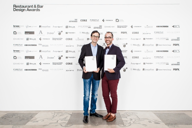 José Antonio Vázquez Martín y Enrique de Santiago recogiendo el máximo galardón de los Restaurant & Bar Design Awards.